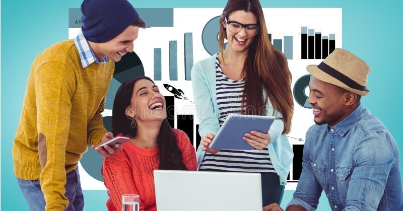 Glückliche Geschäftsleute mit Technologien gegen Diagramme lizenzfreies stockfoto