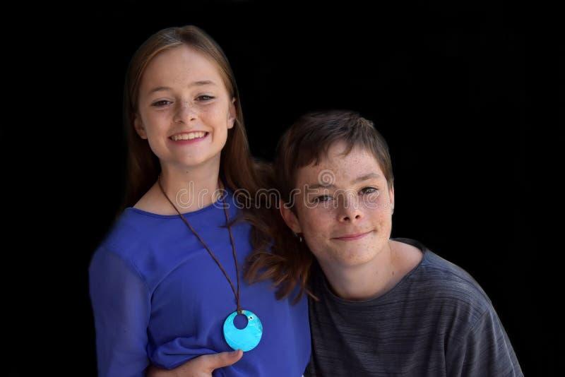 Glückliche Geschwister stockbild