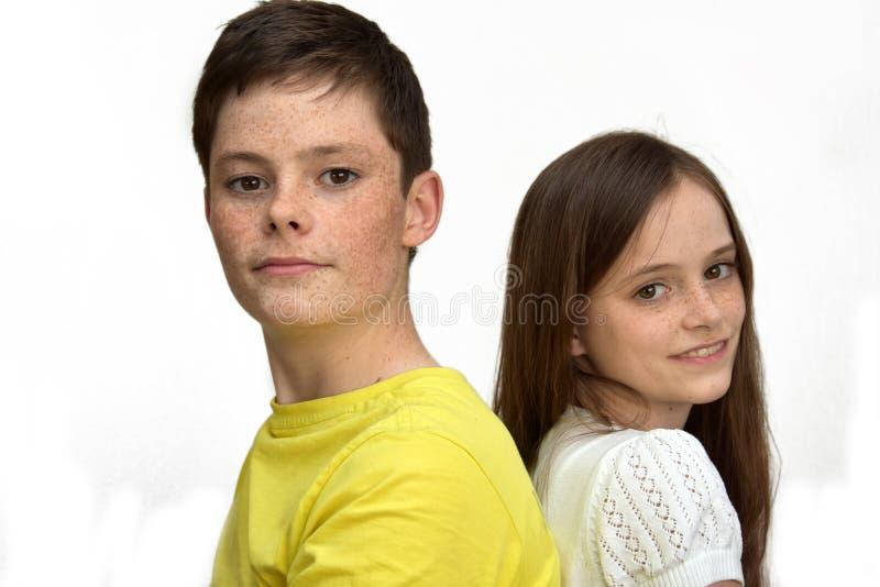 Glückliche Geschwister lizenzfreies stockfoto