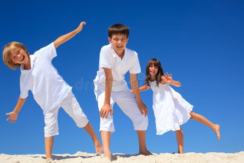 Glückliche Geschwister auf Strand lizenzfreies stockfoto