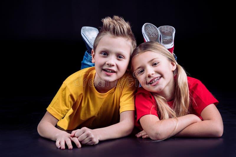 Glückliche Geschwister, die an der Kamera lächeln stockfotos