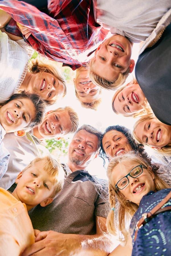 Glückliche Gesichter der Familie mit neun Kindern lizenzfreies stockbild