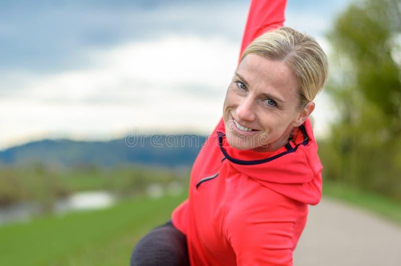 Glückliche gesunde Frau, die draußen trainiert lizenzfreies stockbild