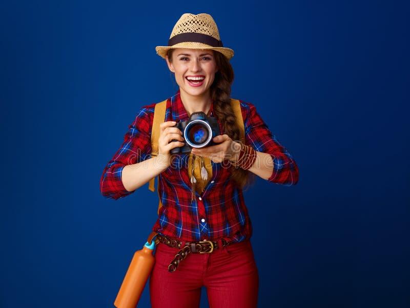 Glückliche gesunde Reisendfrau mit moderner DSLR-Kamera stockfoto