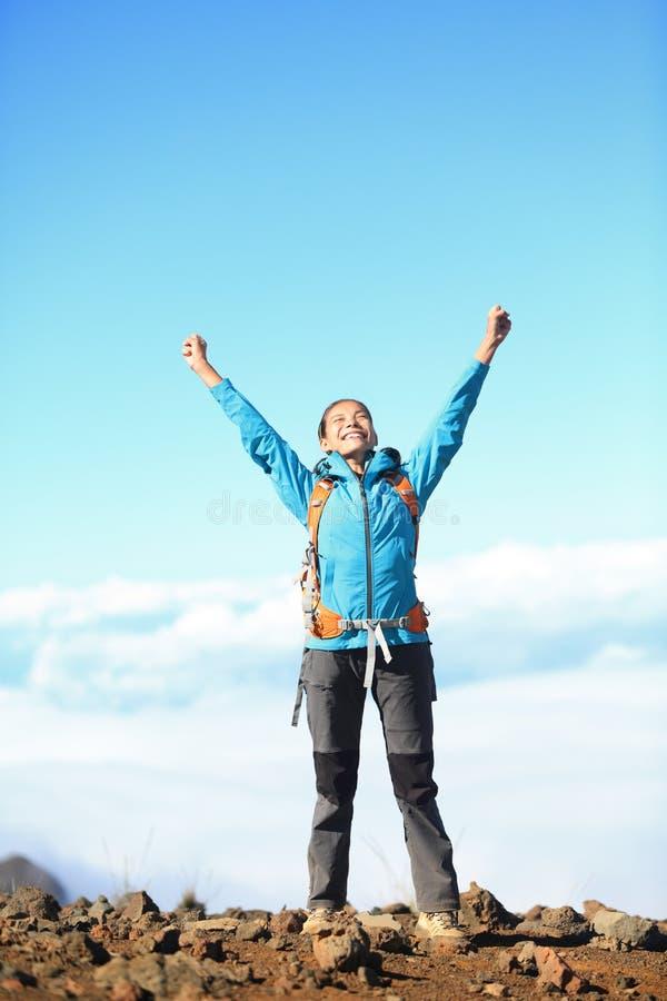 Glückliche glückselige Wandererfrau lizenzfreie stockfotografie