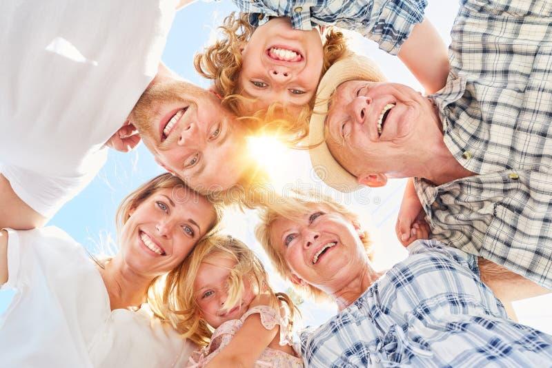 Glückliche große Familie mit Kindern im Sommer stockfoto