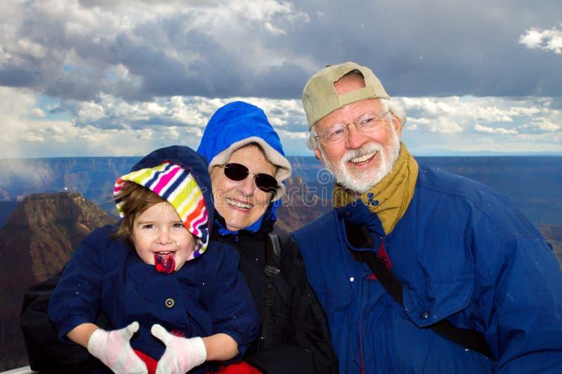 Glückliche Großeltern-Griff-Enkelin bei Grand Canyon stockfotos