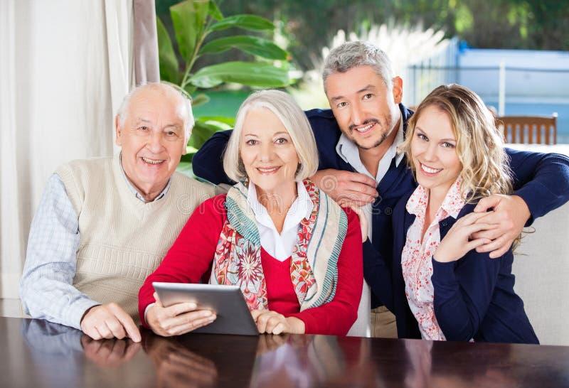 Glückliche Großeltern und Enkelkinder mit Digital stockbilder
