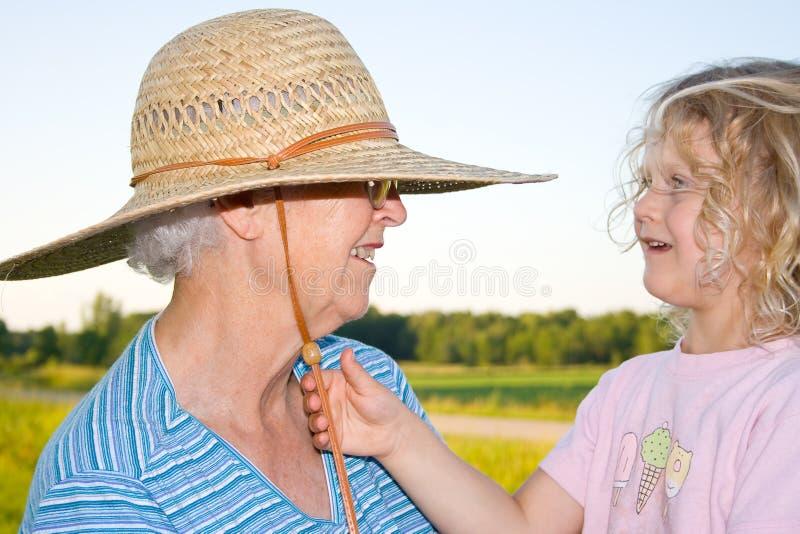 Glückliche Großmutter und Enkelin. lizenzfreies stockbild