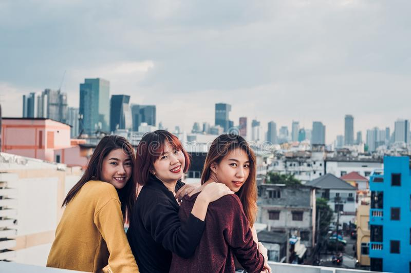 Glückliche Gruppe Asien-Freundinnen genießen sich entspannen Haltung an Dachspitzen-PA stockfotos
