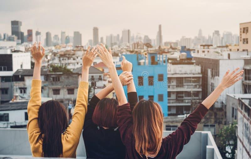 Glückliche Gruppe Asien-Freundinnen genießen und Arm entspannen oben sich Haltung an lizenzfreie stockfotos