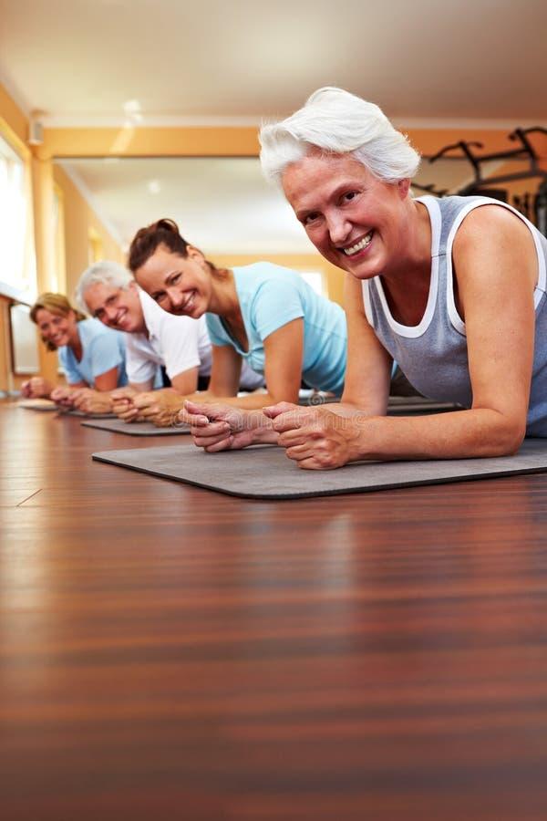 Glückliche Gruppe, die Pilates tut stockfotos