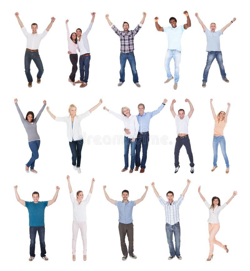 Glückliche Gruppe von Personen gekleidet in zufälligem stockfotografie