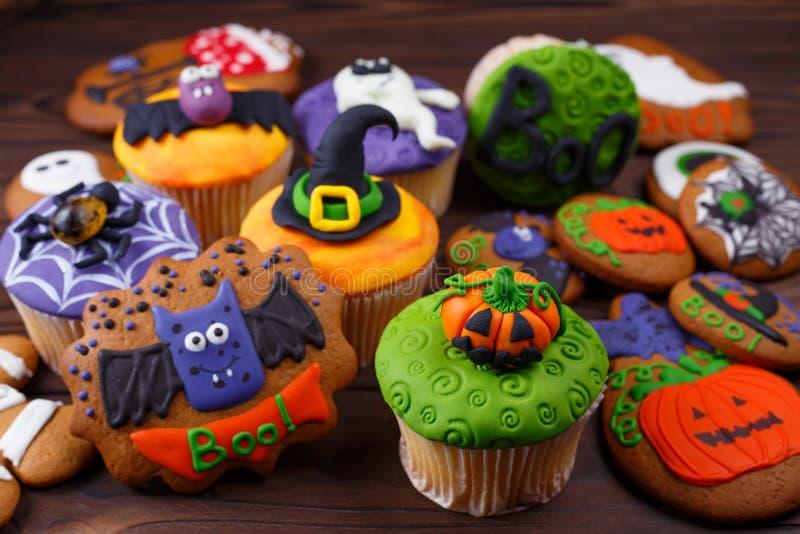 Glückliche Halloween-kleine Kuchen und -plätzchen Zusammensetzung mit Halloween lizenzfreie stockfotos