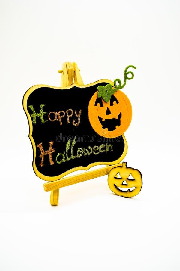 Glückliche Halloween-Mitteilung schreiben auf eine Tafel mit Kürbisen Getrennt auf weißem Hintergrund stockbilder