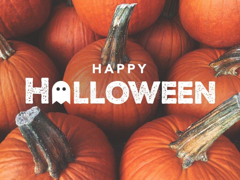 Glückliche Halloween-Typografie mit Kürbis-Hintergrund lizenzfreies stockfoto