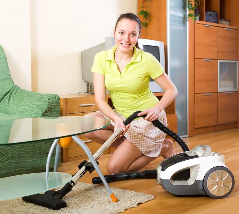 Glückliche Hausfrau, die Aufgaben tut stockbild