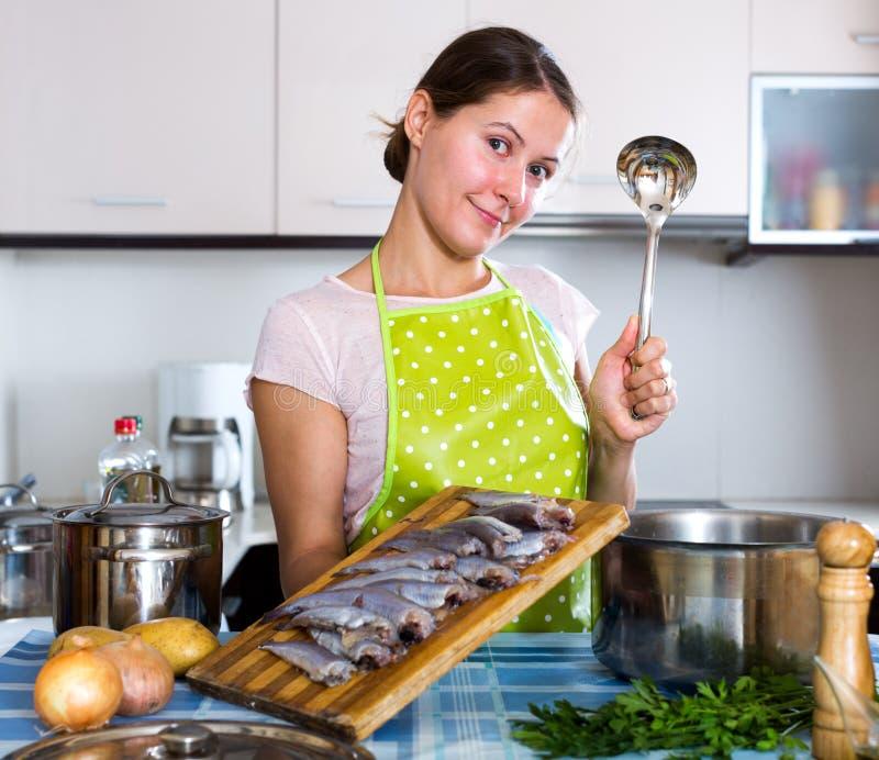 Glückliche Hausfrau, die neues Rezept versucht lizenzfreies stockbild