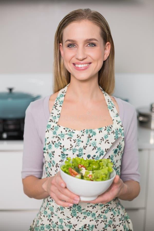 Glückliche herrliche vorbildliche haltene Salatschüssel lizenzfreies stockfoto