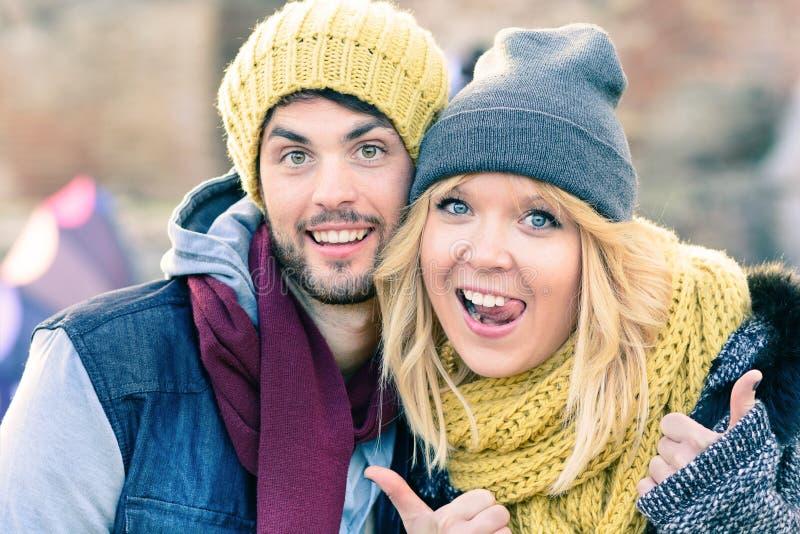 Glückliche Hippie-Paare in der Liebe machen ein selfie Foto während des sonnigen Herbsttags Beste Freunde mit der Winterkleidung, stockbild