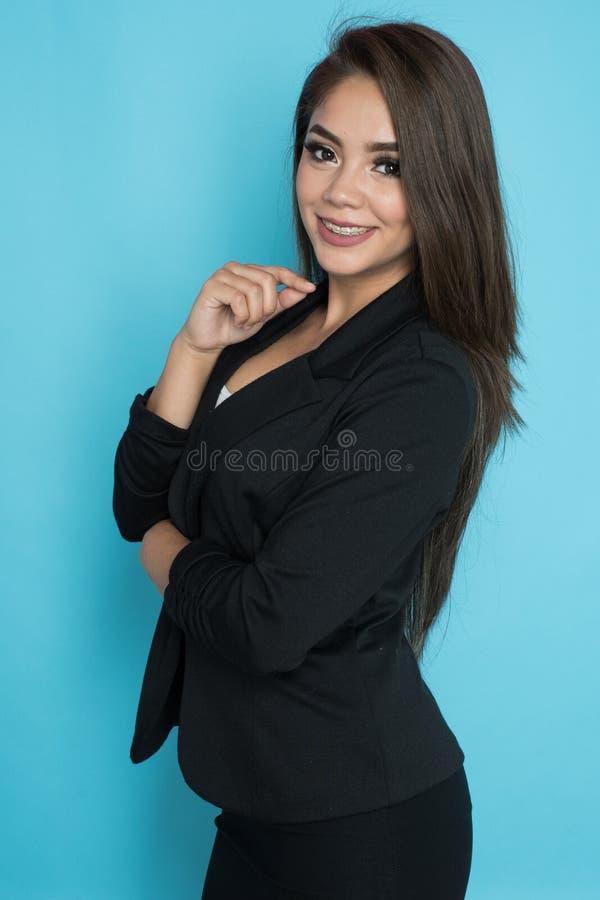 Glückliche hispanische Geschäftsfrau lizenzfreies stockfoto