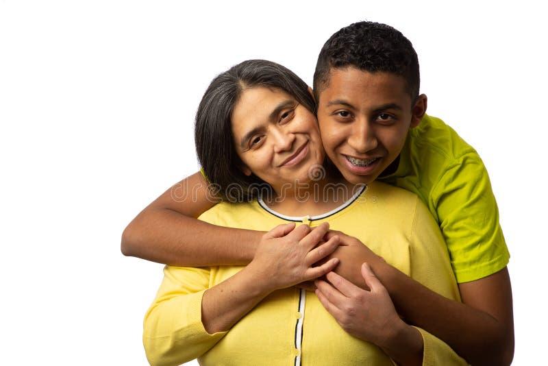 Glückliche hispanische Mutter mit jugendlichem Sohn stockbilder