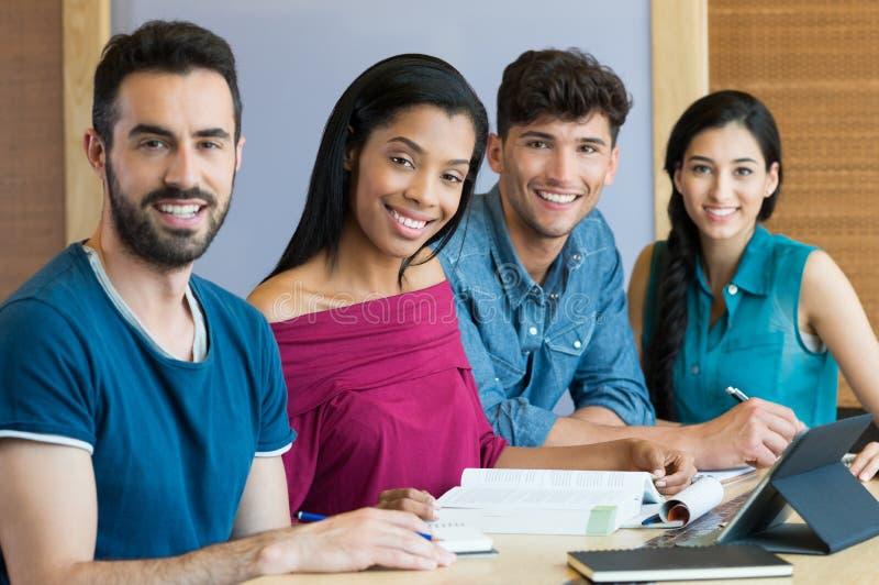 Glückliche Hochschulstudenten stockbild