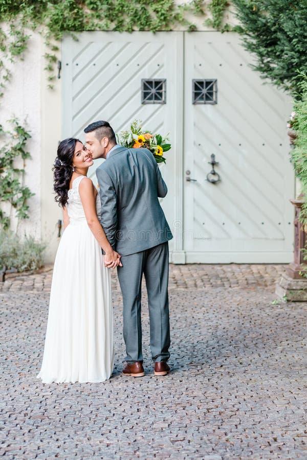 Glückliche Hochzeitspaare lizenzfreie stockfotografie