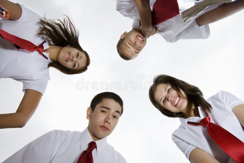 Glückliche hohe Schüler, die unten schauen stockfotos