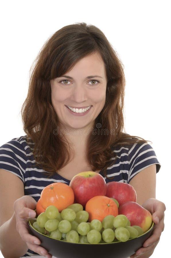 Glückliche Holdingschüssel der jungen Frau frische Früchte stockbilder