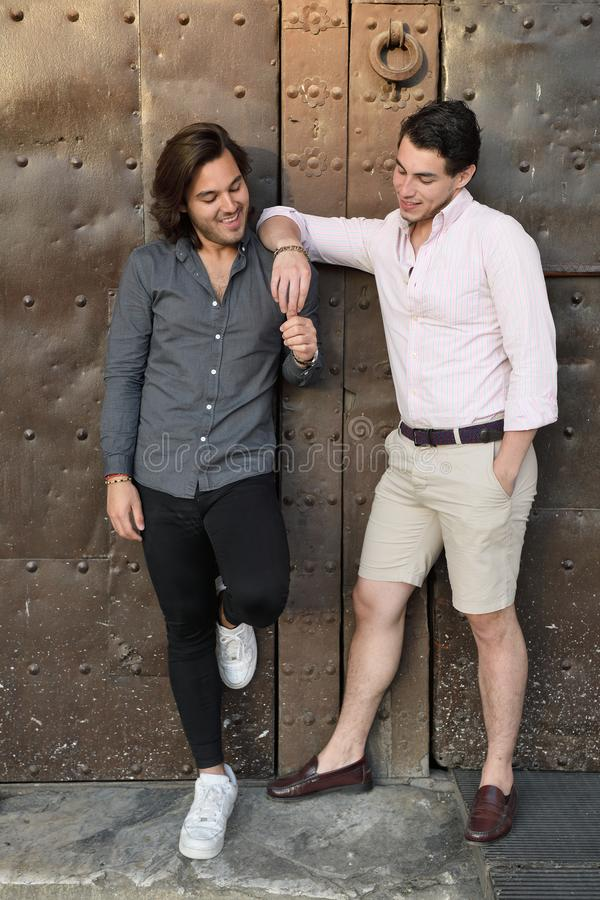 Glückliche homosexuelle Paare, die einen mittelalterlichen Platz in Katalonien besichtigen stockbilder
