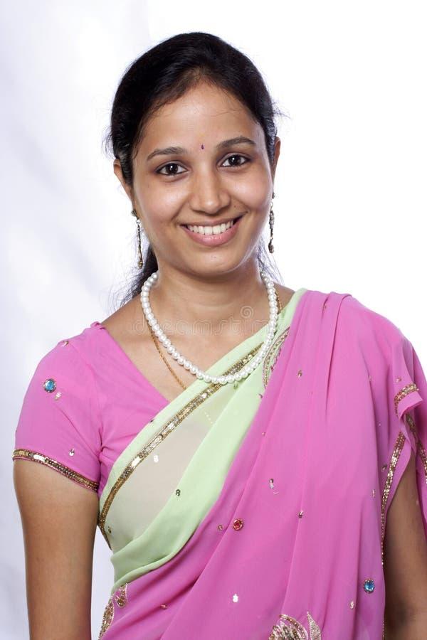 Glückliche indische Frau stockfoto
