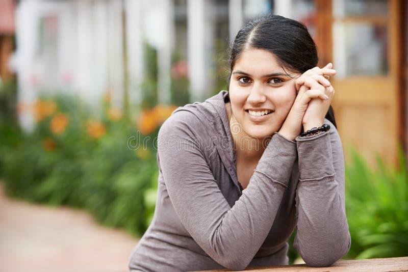 Glückliche indische junge Studentin lizenzfreie stockfotografie