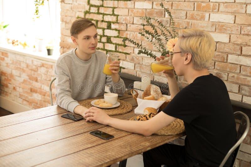 Glückliche internationale homosexuelle Paare, asiatische Männer mit dem blonden Haar und den Gläsern und europäischer Kerl mi lizenzfreie stockfotografie