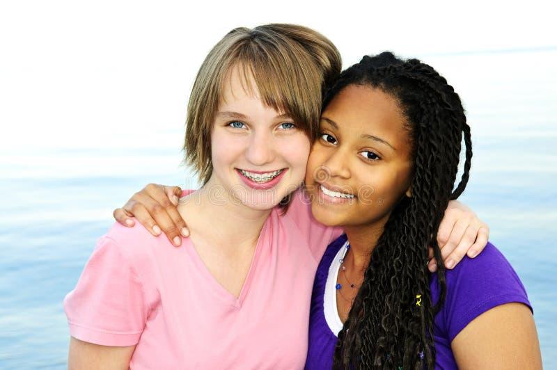 Glückliche Jugendfreundinnen stockfotografie