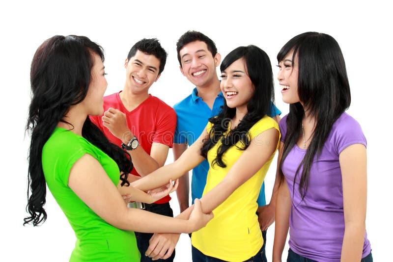 Glückliche Jugendlich-Gruppe stockfotos