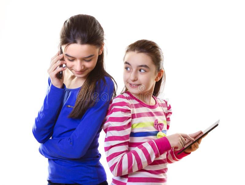 Glückliche jugendlich Mädchen mit digitaler Tablette und Smartphone lizenzfreies stockfoto