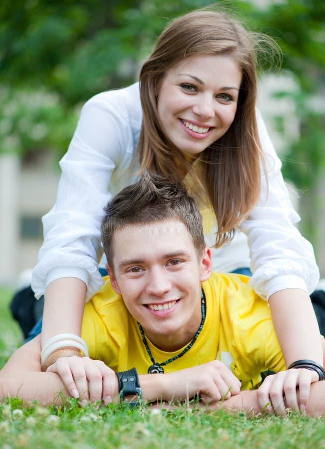 Glückliche Jugendliche auf dem Gras stockfoto
