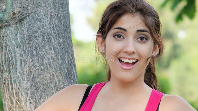 Gl?ckliche jugendliche hispanische erwachsene Frau lizenzfreie stockfotografie