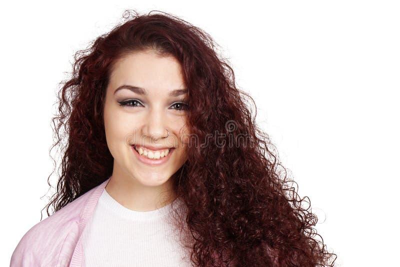 Glückliche Jugendliche mit dem langen gelockten Haar und toothy Lächeln stockfotos