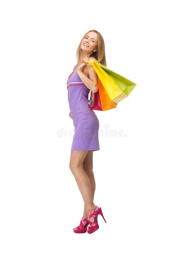 Glückliche Jugendliche mit Einkaufstaschen stockbild