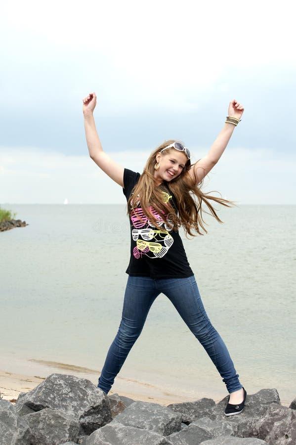 Glückliche Jugendliche setzt ihre Hände in die Luft ein lizenzfreies stockfoto