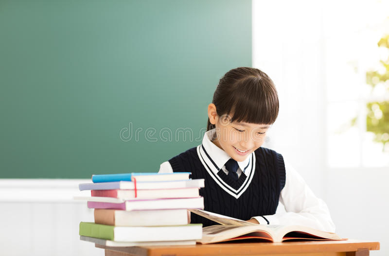 Glückliche Jugendlichmädchenstudie im Klassenzimmer lizenzfreie stockfotos