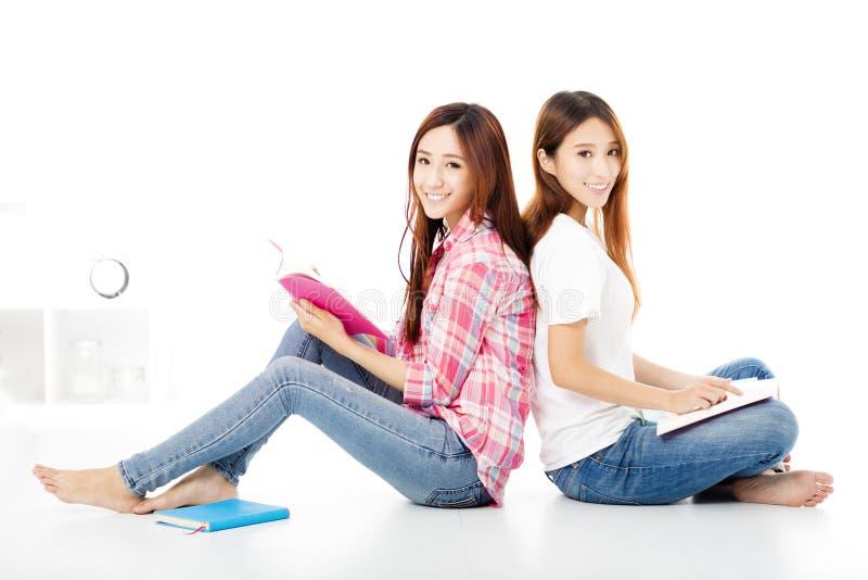 glückliche Jugendstudentenmädchen studieren zusammen stockfotos