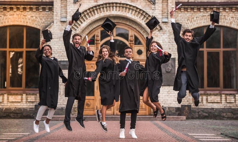 Glückliche junge Absolventen lizenzfreies stockfoto