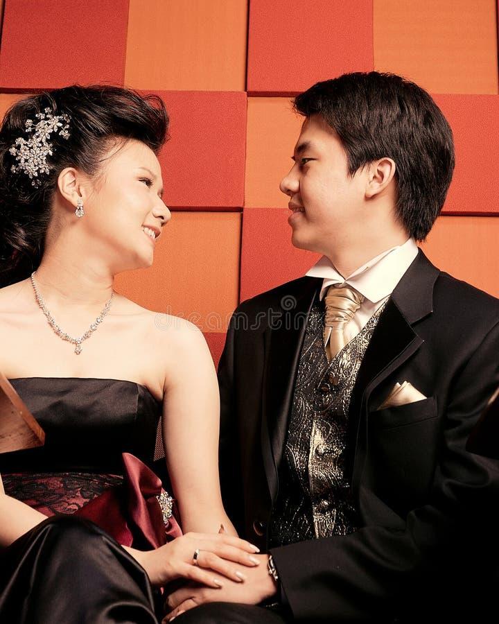 Glückliche junge asiatische Paare stockfotografie