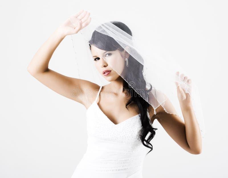 Glückliche junge Braut mit Schleier stockfotos
