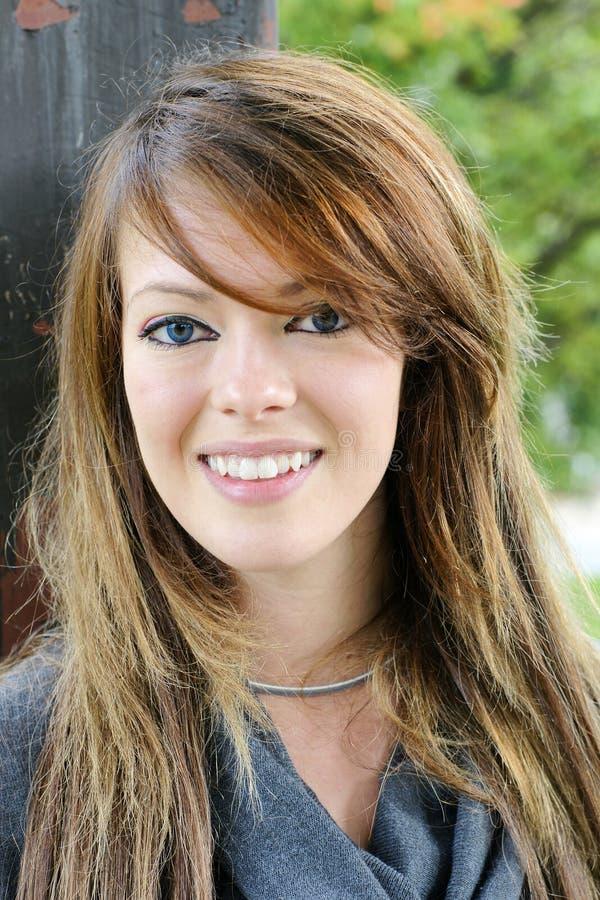 Glückliche junge Brunettefrau mit erstaunlichem Lächeln lizenzfreies stockfoto