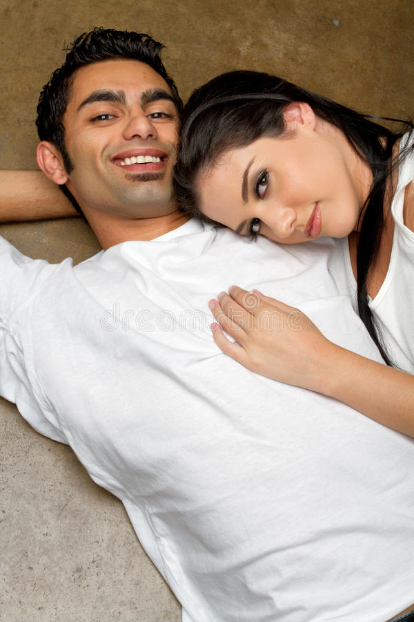 Glückliche junge ethnische Paare in der Liebe lizenzfreies stockbild