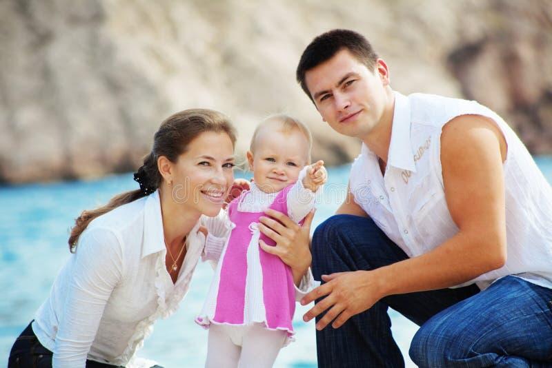 Glückliche junge Familie lizenzfreie stockfotos